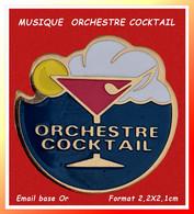 SUPER PIN'S MUSIQUE-CABARET : ORCHESTRE COCKTAIL En émail Base Or Format 2,2X2,1cm Visuel Symboles Détente Et Plaisirs - Musique