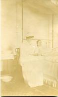 Carte Photo ( Albuminé ) D'une Infirmière Prennent Le Pouls D'une Malade Dans Sont Lit En 1913 - Anonymous Persons