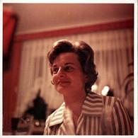 Photo Carrée Couleur Originale B.B. Joli Portrait En Vue Contre Plongé Sur Pin-Up Au Chemisier Rayé Vers 1950/60 - Pin-ups
