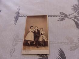 P-432 , Photo CDV, Homme Faisant La Lecture à 2 Jeunes Filles En Robes, Bruder Frères , Neuchâtel - Antiche (ante 1900)
