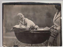 (F30842) Orig. Foto Kleinkind Im Kinderwagen 1927/28 - Anonyme Personen