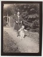 (F30847) Orig. Foto Frau Mit Kind Im Laufgestell 1927/28 - Anonyme Personen