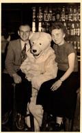 Photo Originale Eisbär, Déguisement D'Ours Blanc Polaire Avec Un Couple Au Bistrot Vers 1950 - Anonymous Persons
