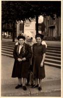 Carte Photo Originale Eisbär, Déguisement D'Ours Blanc Polaire Avec Un Duo De Femmes Au Parc En 1951 & Légende Dos - Anonymous Persons