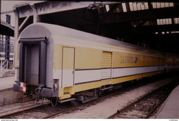 Photo Diapo Diapositive Slide Train Wagon Loco Locomotive Wagon Postal La Poste Le 21/07/1999 VOIR ZOOM - Diapositive