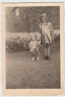 (F8473) Orig. Foto Kinder Mit Regenmantel Vor Einem Gebäude, Vor 1945 - Anonyme Personen