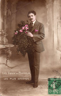 Carte De Vœux De Bonheur - Homme Tenant Un Bouquet De Fleurs - Otros