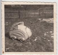 (F9615) Orig. Foto Puppenwagen Im Garten 1958 - Otros