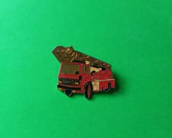 Pin's Camion De Pompier Avec échelle (12/NR) - Non Classificati