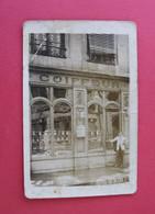 * - Carte-photo Représentant Une Boutique De Coiffeur - Affiche: Coiffures Et Postiches, Ondulations, Teintures, Leçons. - Negozi