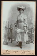 Studio Photo - 15 X 10 Cm - Jeune Fille - Chapeau Fleuri - Robe Dentelle - Ombrelle - Photographie L'Apollon Bruxelles - Oud (voor 1900)