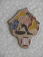 Pin's - SCOUTS DE FRANCE - Pins Badge Scout Assis Devant Sa Tente Et Le Feu De Camp - Scoutisme