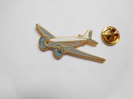 Beau Pin's Pins En Zamac  , Aviation , Avion , Bimoteur , Signé Boussemart - Aerei