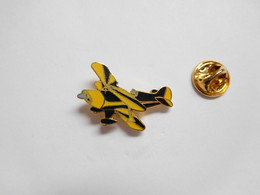 Superbe Pin's Pins En EGF , Aviation , Avion De Voltige , Signé Tablo - Aerei