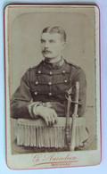 CDV Photographie Ancienne Portrait Soldat Avec Sabre 37 Au Col 37e RI ? Photographe G. Amadieu Bourges - War, Military