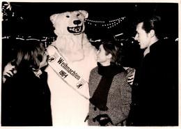 Photo Originale Eisbär, Déguisement D'Ours Blanc Polaire Avec Un Couple Pour Le Noël 1964 En Nocturne - Anonymous Persons