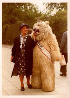 Photo Couleur Originale Eisbär, Déguisement D'Ours Blanc Polaire Avec Une Vieille Dame élégante Vers 1960 Sur Berlin - Anonymous Persons