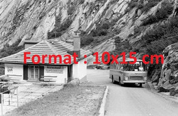 Reproduction Photographie Ancienne D'un Bus Passant Près Du Restaurant Teufelsbrucke Route Du Saint-Gothard Suisse 1969 - Reproductions