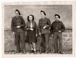 MILITARIA. PHOTO. JEUNES RESISTANTS Avec FUSILS. A SITUER - Guerre, Militaire