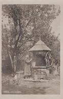 PHOTO ALLEMANDE - GUERRE 14-18 - KARPATHEN - CARPATES - ROMANIA ? - PUITS ET PAYSANNE - War 1914-18