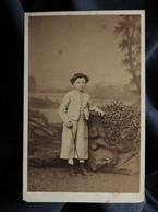 Photo CDV Capelle à Saint Brieuc - Garçonnet (Henry Gagon) Joli Décor Studio, Second Empire Ca 1865 L558 - Oud (voor 1900)