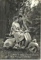 Innamorati, Ragazza Seduta Sulla (Moto) Vespa Con A Fianco Il Fidanzato - Coppie