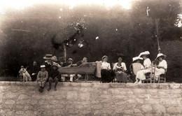 Carte Photo Originale Famille Sur Royan & Enfant Handicapé (Polio) Sur Lit Roulant D'Osier, Mode Par A. Sorignet 1900/10 - Personnes Anonymes