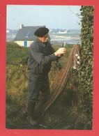 C.P.M.( 29 ) « NEVEZ »  Le 13 Février 1993 -Mr René Marrec Ramendant Un Filet Sue L'île De Raguénès  X2 S - Névez