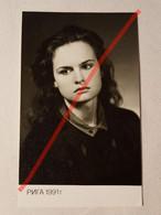 Photo D'époque. Original. Mode. Une Fille Avec Une Belle Coiffure Et Robe. URSS - Gegenstände