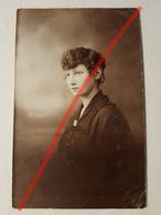 Photo Vintage. Original. Mode. Fille Avec Une Belle Coiffure Et Une Robe. Lettonie D'avant-guerre - Gegenstände