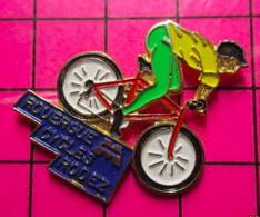 1317 Pin's Pins / Beau Et Rare / THEME : SPORTS / ATTENTION AU VOL PLANé !! ROUERGUE CYCLES RODEZ VELO BICYCLETTE - Cyclisme
