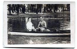 Carte Photo D'un Couple élégant Dont L'homme  Torse Nu Et Musclé Assis Dans Une Barque Une Un Lac Vers 1930 - Personas Anónimos