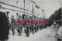 Défilé De Militaires Devant L'hotel De Ville De THENEZAY-photo Grassignoux - Guerre, Militaire