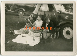 Old Photo Man And Women Drinking Pic Nic Car Automóvil - Automobili