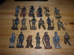 Lot De 19 Kinder Metal Vintage Et Divers Soldat Cowboy Cavalier Dont Socle Ovale TB - Figurine In Metallo