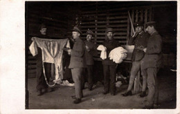 Carte Photo Originale Guerre 1914/18 Service De Blanchisserie Allemande En Tranchée Pour Chirurgiens Vers 1910 Tabliers - Guerre, Militaire