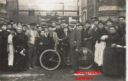 Métier Cpa Carte Photo Photographie Usine Sortie Ouvriers Ouvrieres Ouvrier Ouvriere Homme Velo - Industrie