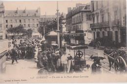 Bv - Cpa LORIENT - Un Coin De La Place Alsace Lorraine (marchande De Glaces, Tramway, Société Générale) - Lorient