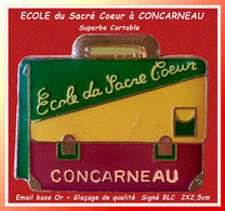 SUPER PIN'S ECOLE : CARTABLE Pour L'ECOLE Du Sacré Coeur De CONCARNEAU En Email Base Or + Glaçage De Qualité  2X 2,5cm - Administrations