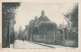76 - VEULES LES ROSES - La Rue Victor Hugo Et La Tour De L' Eglise - Veules Les Roses
