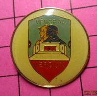 710b Pin's Pins / Beau Et Rare / THEME : MILITARIA / MEMORIAL VERDUN 700 000 Morts Pour Rien ... Merci Qui ? - Army