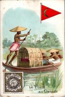 Chromo La Poste Au Deccan Post Postier Postman Drapeau Flag Inde Asie Asiatique Barque Small Boat Dos Blanc En B.Etat - Autres