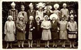 CPA Photo - Groupe De Catherinettes Avec Leurs Chapeaux Rigolos - Certainement Années 30 - R/V - Fotografie