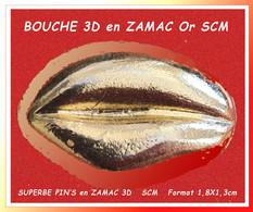 """SUPER PIN'S """"LEVRES"""" OR En ZAMAC 3D : Très Belle Pièce Signé """"SCM"""" En ZAMAC Base Or. Format 1,8X1,3cm - Parfums"""