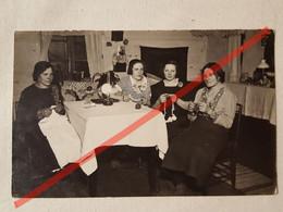 Photo D'époque. Original. Les Filles Tricotent. Lampe à Pétrole. La Lettonie D'avant-guerre - Gegenstände