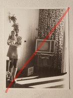 Photo D'époque. Original. Mode Enfantine. Une Fille Dans Une Belle Robe Et Une Poupée. Télévision. URSS - Gegenstände