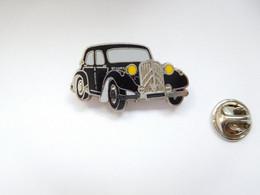 Superbe Pin's En Zamac , Auto Citroën Traction , Signé Corner Coinderoux - Citroën