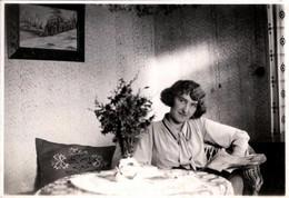 Photo Originale Adorable Jeune Femme, Lectrice Au Salon & Bouquet De Fleurs Sauvages Vers 1930 - Pin-ups