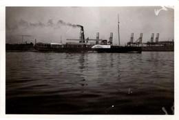 Photo Originale Jolie Bateau Touristique à Roues & Vapeur Pour Excursion Sur Fleuve Calme Et Grues En Arrière Plan 1930' - Schiffe
