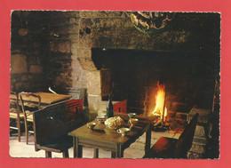 C.P.S.M.( 29 ) « CAMARET-SUR-MER » La Table Bretonne.Les Crêpes Avec Le Cidre Doux, Jolie Vue Intérieur    X2 Phots - Camaret-sur-Mer